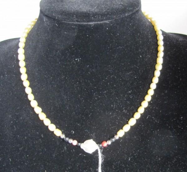Hellgelbe Perlenkette