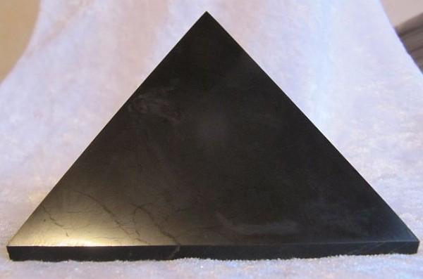 Schungit Pyramide 100 mm